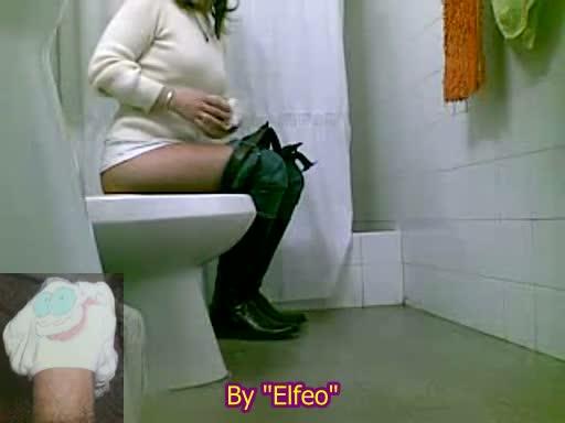 Писающие в туалетах и скрытых местах онлайн, гимнастки в гетрах